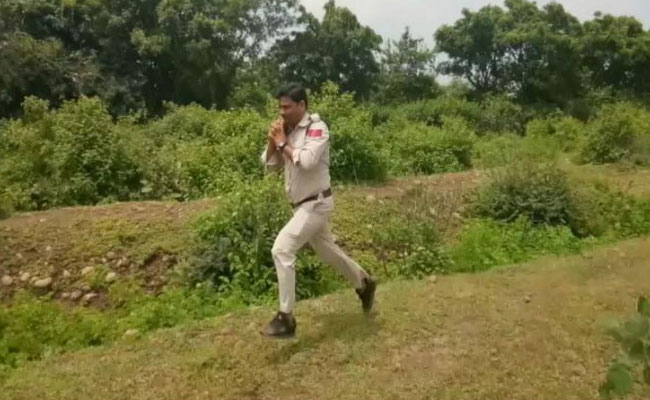 Brave Cop Carried A 10 Kg Bomb & Ran For 1 Km To Save 400 School Kids & He's Our Hero